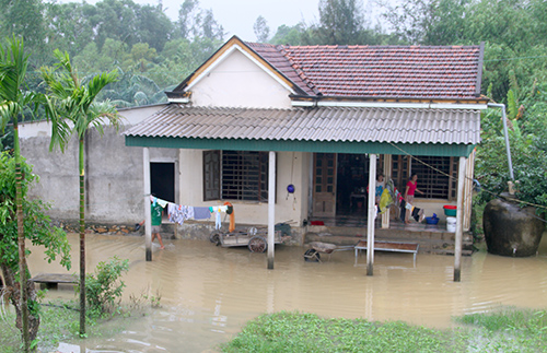 Many houses in Ha Tinh are surrounded by floodwater. Photo by VnExpress/Duc Hung