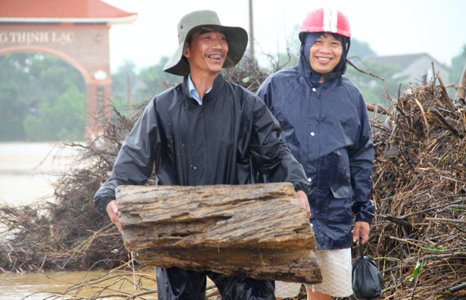 people-risk-life-to-pick-up-logs-among-floods-8