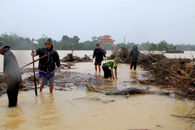 people-risk-life-to-pick-up-logs-among-floods-2
