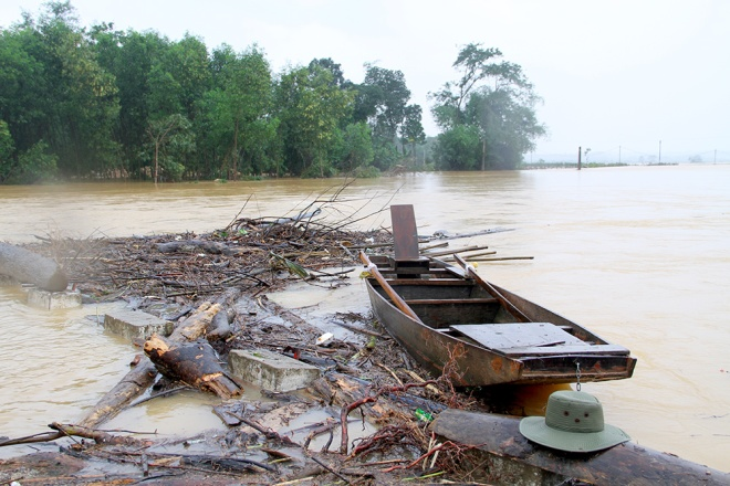 people-risk-life-to-pick-up-logs-among-floods-3