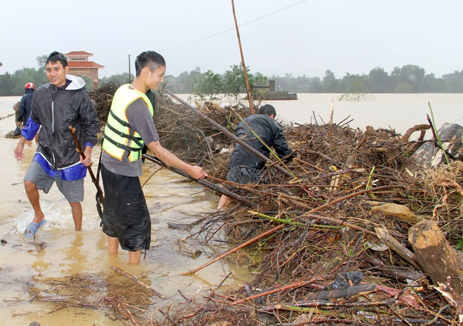 people-risk-life-to-pick-up-logs-among-floods-4