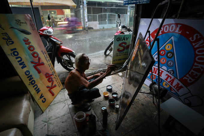 His painting shop is located on An Duong Vuong Street, An Lac Ward, Binh Tan District.