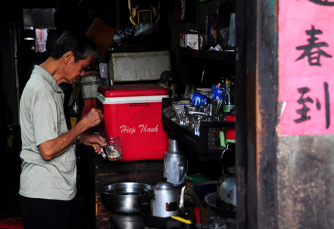 in-saigons-chinatown-hot-coffee-is-brewed-the-cool-traditional-way