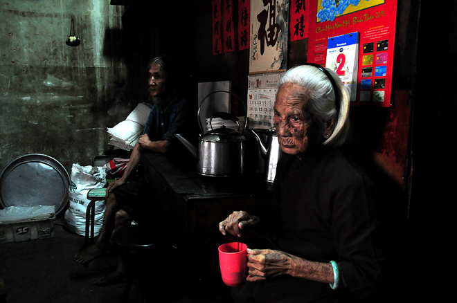 in-saigons-chinatown-hot-coffee-is-brewed-the-cool-traditional-way-9