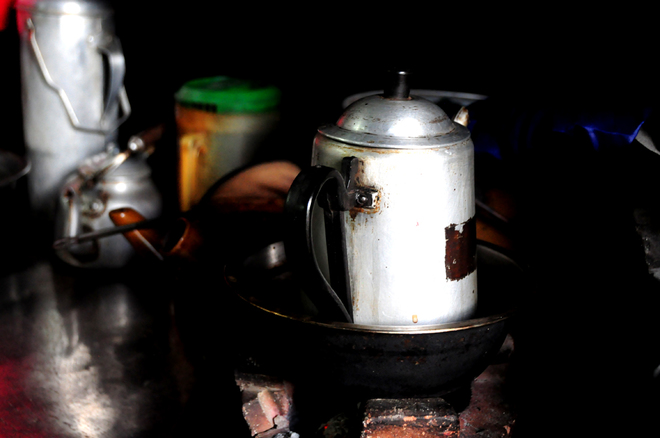in-saigons-chinatown-hot-coffee-is-brewed-the-cool-traditional-way-4