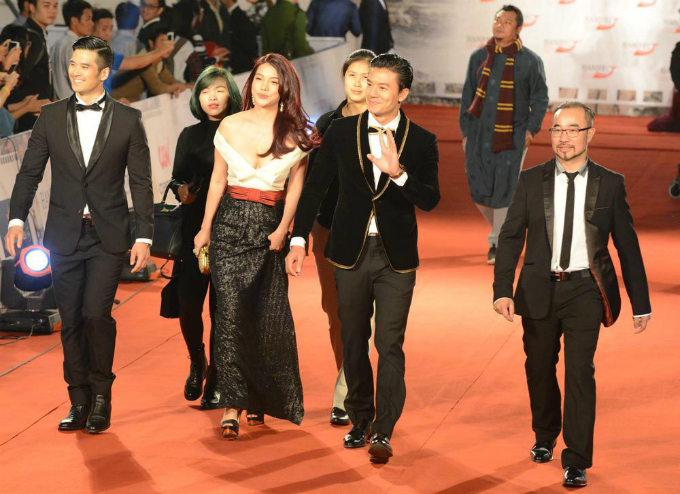 Actress Truong Ngoc Anh and the crew of Truy Sat (Tracer) arrive before the screening of the movie at August Theater during the 4th Hanoi International Film Festival. Tracer was screened as part of the Contemporary Vietnamese Films section of the festival. Photo by VnExpress/Xavier Bourgois