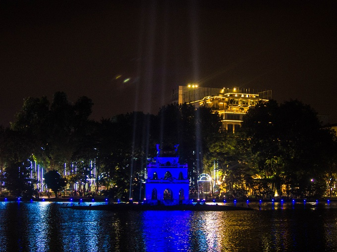 Turtle Tower lit for November 13 evening to celebrate World Diabetes Day. Photo by VnExpress/Quynh Trang
