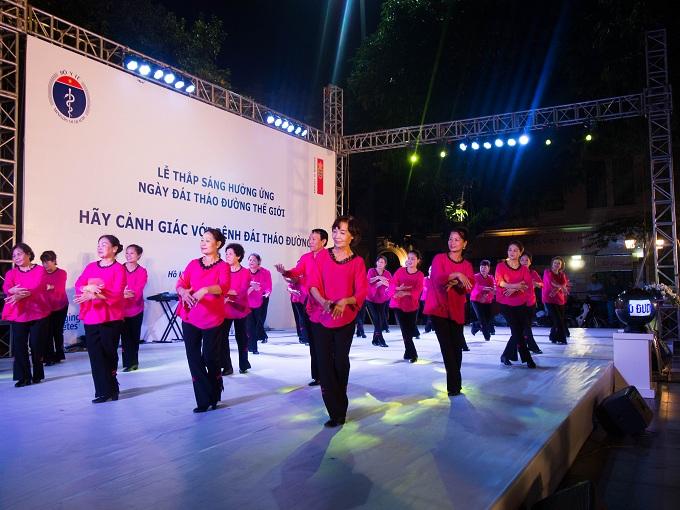Senior diabetes patients perform a joyful group dance. Photo by VnExpress/Quynh Trang