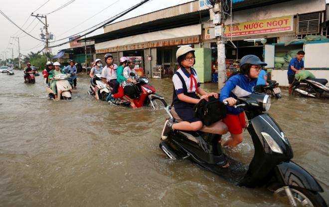 saigon-children-flounder-through-high-tides