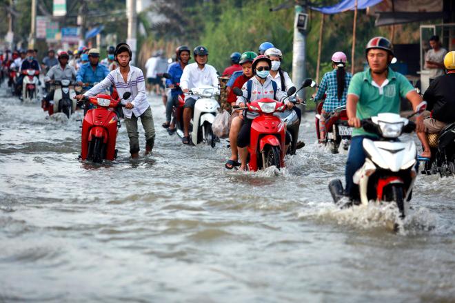 saigon-children-flounder-through-high-tides-10