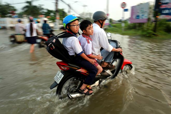 saigon-children-flounder-through-high-tides-5