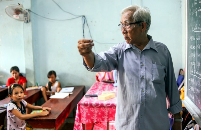 meet-a-70-year-old-teacher-who-secures-the-future-of-poor-kids-1