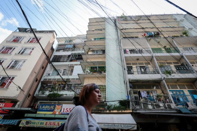 residents-of-apartment-in-saigons-backpacker-street-stand-firm-as-city-warns-of-collapse