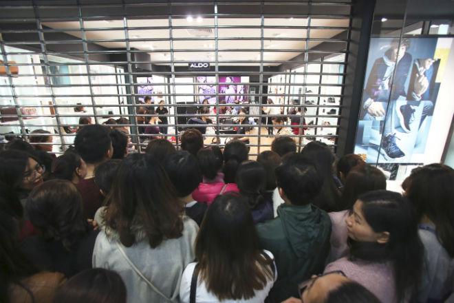thousands-flock-to-hanoi-shopping-malls-on-black-friday