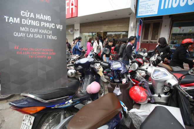 thousands-flock-to-hanoi-shopping-malls-on-black-friday-6