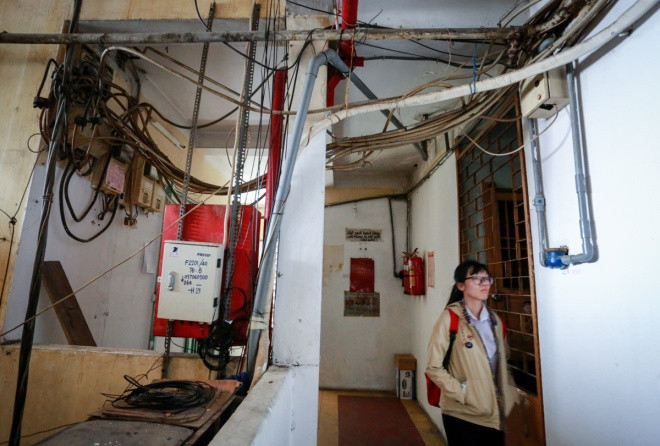 residents-of-apartment-in-saigons-backpacker-street-stand-firm-as-city-warns-of-collapse-9
