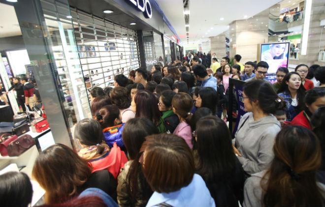 thousands-flock-to-hanoi-shopping-malls-on-black-friday-1