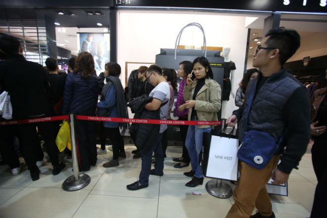 thousands-flock-to-hanoi-shopping-malls-on-black-friday-2