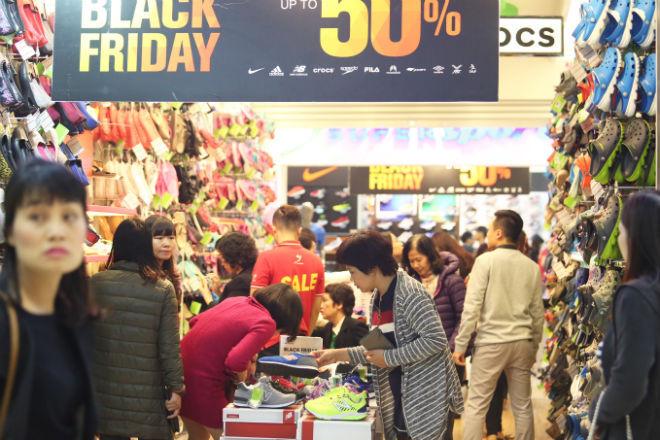thousands-flock-to-hanoi-shopping-malls-on-black-friday-3