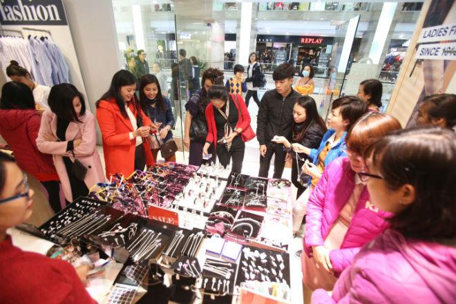 thousands-flock-to-hanoi-shopping-malls-on-black-friday-4