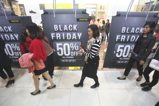 thousands-flock-to-hanoi-shopping-malls-on-black-friday-5