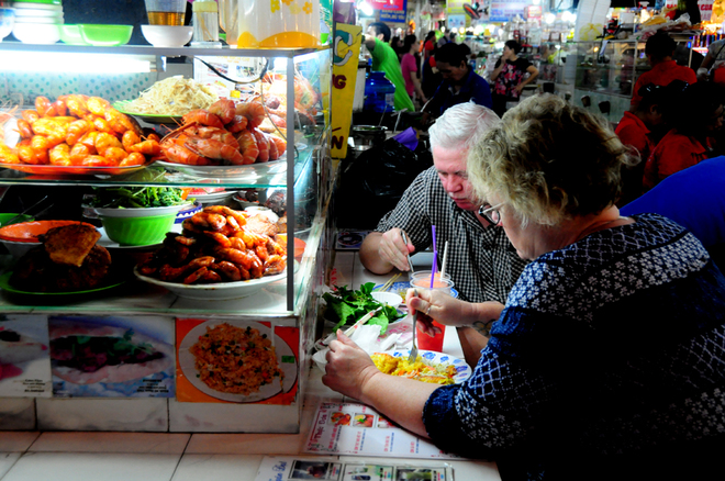 world-of-snacks-inside-central-saigon-market-10