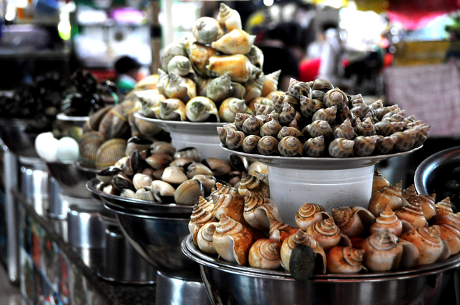 world-of-snacks-inside-central-saigon-market-4