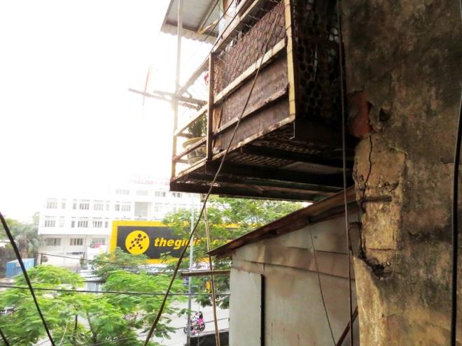 living-in-fear-in-hai-phongs-old-apartment-blocks-1