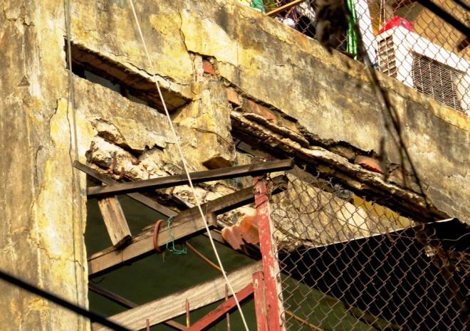 living-in-fear-in-hai-phongs-old-apartment-blocks-2