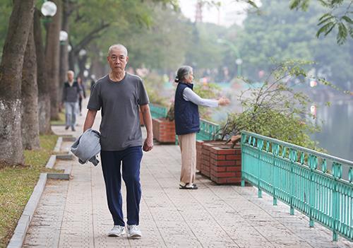 Winter, what winter? Mild heat wave hits Hanoi in mid-December