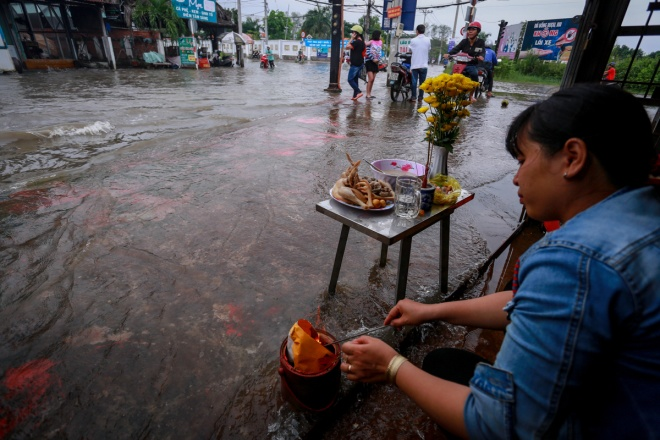 saigon-stays-calm-carries-on-in-ankle-deep-tides-1