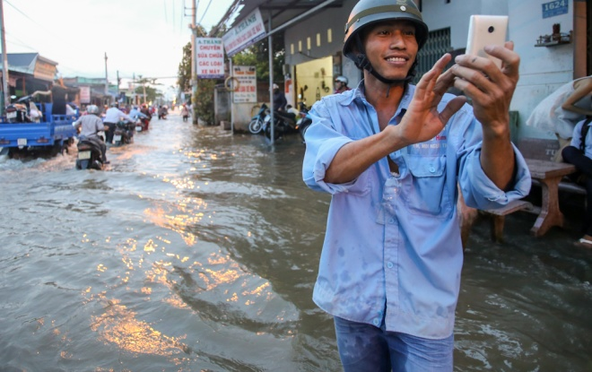 saigon-stays-calm-carries-on-in-ankle-deep-tides-3