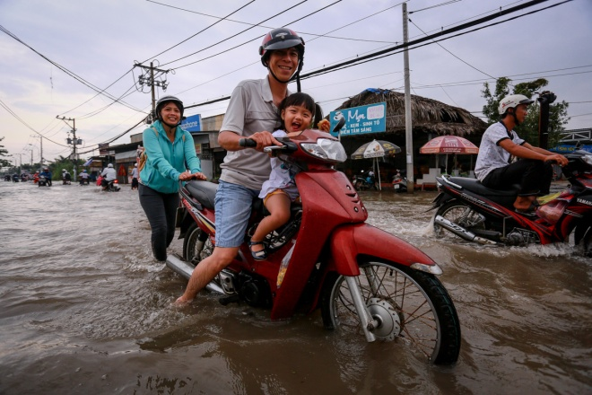 saigon-stays-calm-carries-on-in-ankle-deep-tides-4