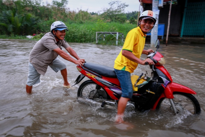 saigon-stays-calm-carries-on-in-ankle-deep-tides-5