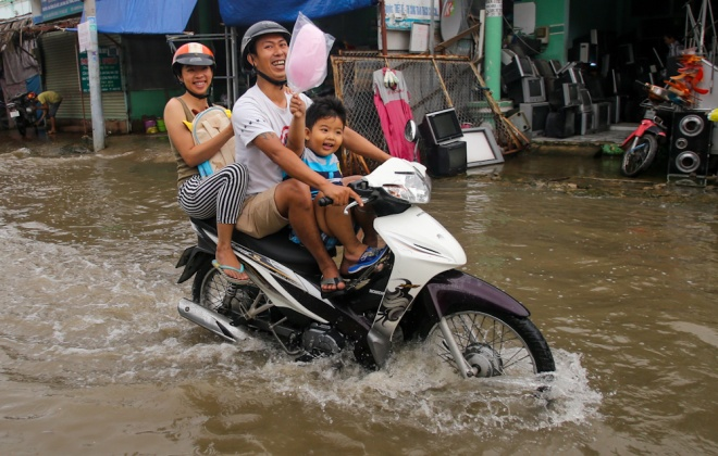 saigon-stays-calm-carries-on-in-ankle-deep-tides-6