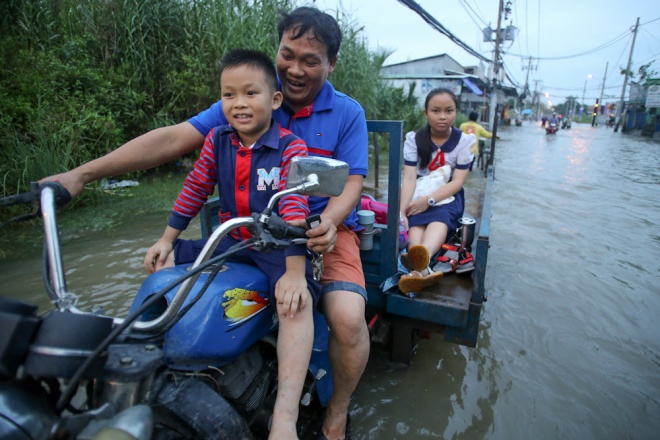 saigon-stays-calm-carries-on-in-ankle-deep-tides-7