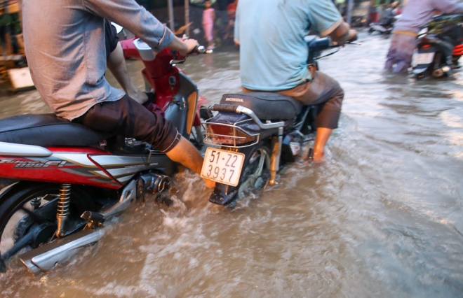 saigon-stays-calm-carries-on-in-ankle-deep-tides-8