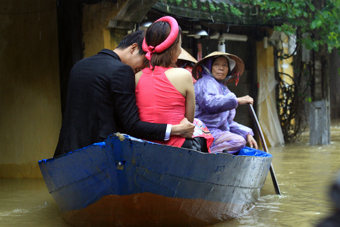 A couple had a rare time on a boat during a day of taking photo for wedding in Hoi An