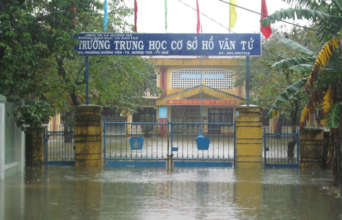 Students in Hue were allowed to stay at home in the last two days as several schools and streets are inundated