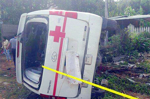 Packed ambulance flips, kills patient in Kon Tum