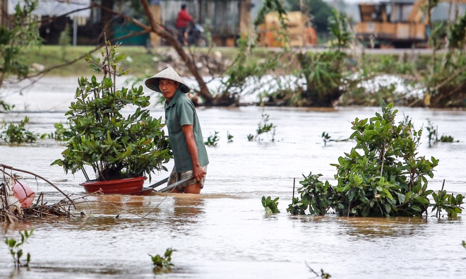 thousands-in-central-vietnam-swamped-in-the-aftermath-of-floods