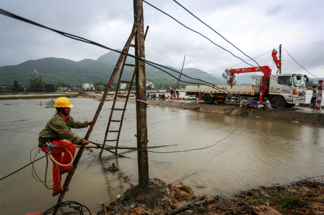 thousands-in-central-vietnam-swamped-in-the-aftermath-of-floods-10