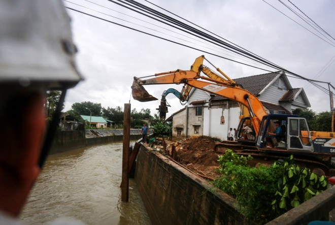 thousands-in-central-vietnam-swamped-in-the-aftermath-of-floods-11