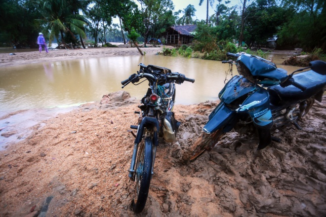 thousands-in-central-vietnam-swamped-in-the-aftermath-of-floods-6