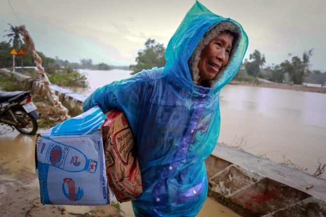 thousands-in-central-vietnam-swamped-in-the-aftermath-of-floods-7