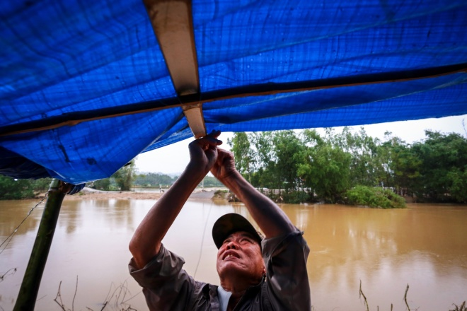 thousands-in-central-vietnam-swamped-in-the-aftermath-of-floods-8