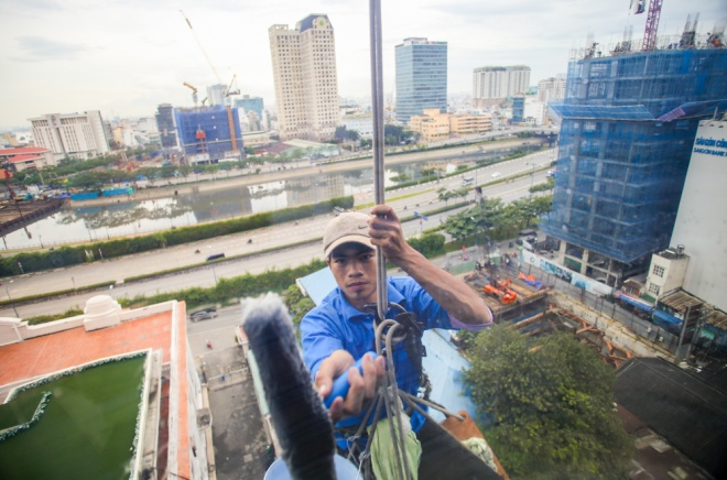 men-defy-death-and-gravity-high-above-saigons-streets-10