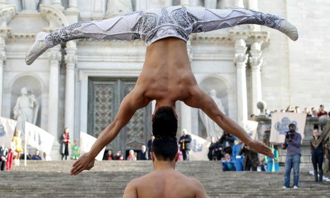 Vietnamese circus artists break world record in head-to-head balance stunt