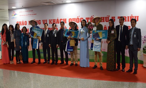 The three lucky tourist receive gifts from the city authorities. Photo by VnExpress