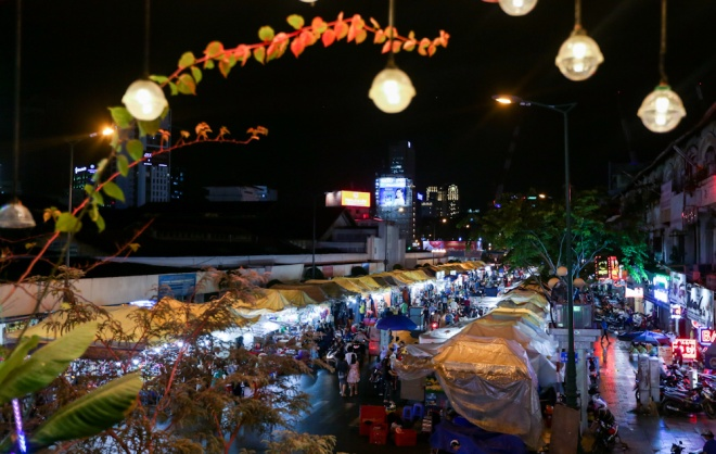 when-the-sun-goes-down-a-rush-to-bunch-up-saigon-night-market-8